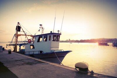 Наклейка Промышленное рыболовство катер пришвартован в порту. Vintage тонированное фото