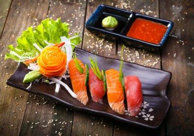 Наклейка Японский лосось, тунец суши и соусом крупным планом
