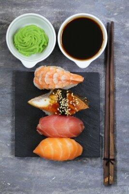 Наклейка Японские традиционные блюда суши с лососем, тунцом и креветками
