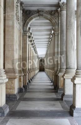 Наклейка Карловы Вары, Чешская Республика - 17 июля 2011: колоннада в Карловых Варах