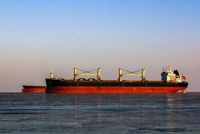 Наклейка большой танкер в очереди для погрузки нефти в ледяном море