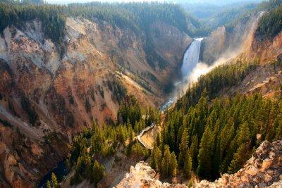 Наклейка Нижний водопад - Солнечный свет освещает брызги, как река Йеллоустон вылетает над низшими водопад в Йеллоустоун Гранд-Каньон.