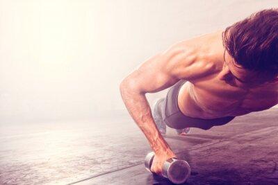 Наклейка Человек делает толчок вверх упражнение с гантелями. Сильный мужчина делает тренировки CrossFit.