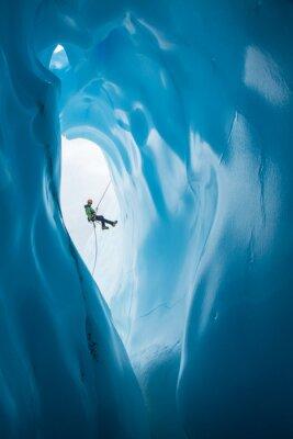 Наклейка Человек Раппинг мимо открытия синей ледяной пещеры на леднике Матануска, Аляска