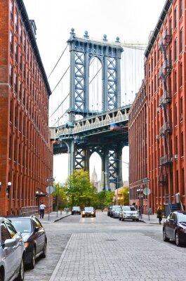 Наклейка Манхэттенский мост видел между зданиями в Нью-Йорке