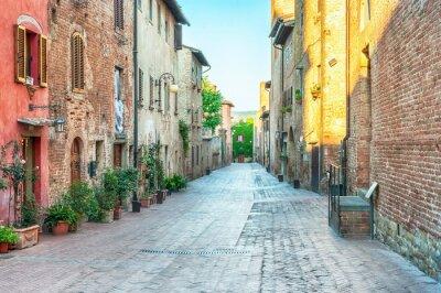 Наклейка Средневековый вид с улицы в Чертальдо, Италия.