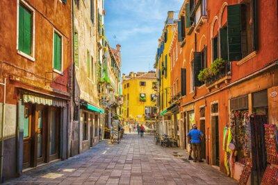 Наклейка Узкий канал среди старых красочных кирпичных домов в Венеции