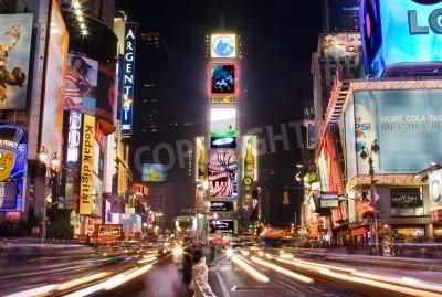 Наклейка Нью-Йорк - 25 мая 2007 года: Ночная сцена Таймс-сквер в Манхэттене (Нью-Йорк) со всеми освещенными рекламных щитов и объявлений