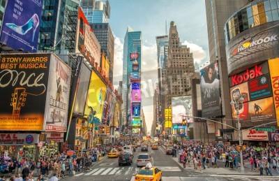 Наклейка НЬЮ-ЙОРК - 12 июня, 2013: Ночной вид на Таймс-сквер огней. Таймс Сквер является оживленном перекрестке туристического неоновые искусства и коммерции и знаковых улиц Нью-Йорка.