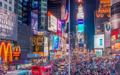Наклейка НЬЮ-ЙОРК - 8 июня, 2013: Туристы на Таймс-сквер ночью. Более 50 миллионов человек посещают Нью-Йорк каждый год.