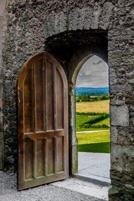 Наклейка Offenes schweres Tor мит Blick ауф irische Landschaft