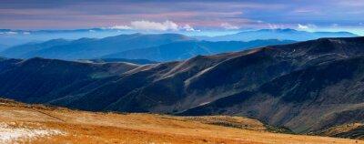 Наклейка Панорамный вид на осенних гор и вершины, покрытые первым снегом на закате.