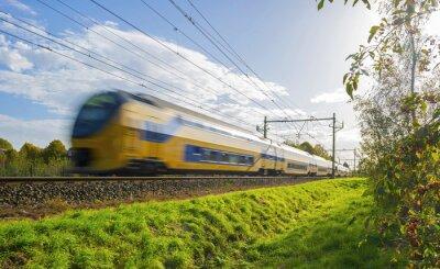 Наклейка Пассажирский поезд движется с большой скоростью в солнечном свете