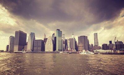 Наклейка Фиолетовый старый фильм стилизованный дождливые облака над Манхэттеном набережной, Нью-Йорк.