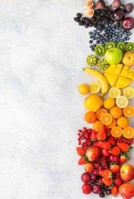 Наклейка Радуга фрукты ягоды фон на белом. Вид сверху клубника черника вишня манго яблоко лимоны апельсины красная смородина сливы ежевика, селективный фокус