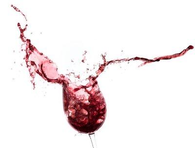 Наклейка красное вино брызг из стакана, изолированных на белом фоне
