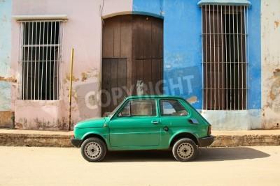 Наклейка Ремедиос, Куба - 20 февраля: Старый польский автомобиль Fiat 126 от 20 февраля 2011 года в Ремедиос, Куба. Новый изменение в законе позволяет кубинцам торговать автомобилей. Автомобили на Кубе очень с