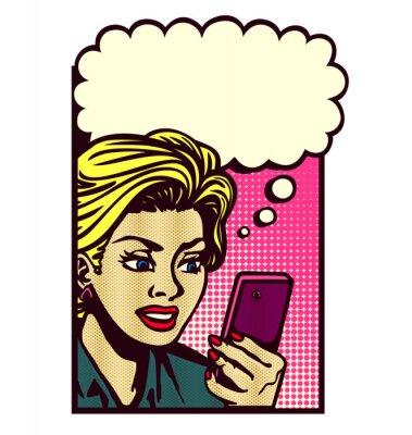 Наклейка Ретро женщина комиксов стиль глядя на смартфон, текстовых сообщений, чтение текстовых сообщений, SMS, и мышление с речи пузырь Урожай векторный поп-искусства иллюстрации