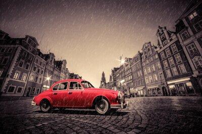 Наклейка Ретро красный автомобиль на булыжник исторический старый город в дождь. Вроцлав, Польша.