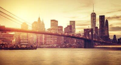 Наклейка Ретро стилизованный Манхэттен на закате, Нью-Йорк, США.