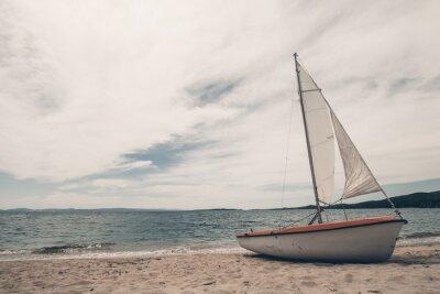 Наклейка Парус лодки на тропический пляж с синим фоном воды