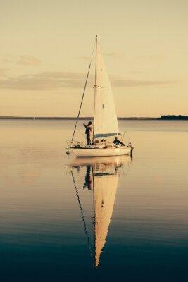 Наклейка Парусная лодка на спокойное озеро с отражением в воде. Serene сцены пейзаж.
