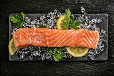 Наклейка Филе лосося подается на черном камне