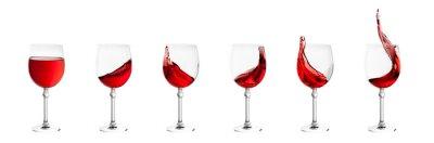 Наклейка набор бокалов с брызгами вина, изолированных на белом обратно