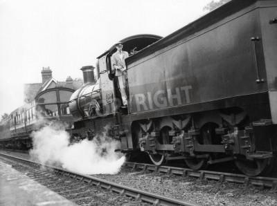 Наклейка Шеффилд Парк, Англия - около 1972 - паровоз тянет пассажирский поезд в Шеффилд парк станции на сохранившихся Колокольчик линии железной дороги.