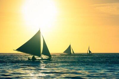 Наклейка Силуэт типичных парусных лодок на закате в острове Боракай в Филиппинах
