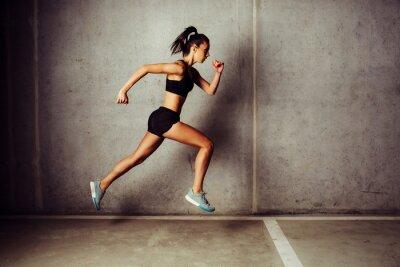 Наклейка Тонкий привлекательной спортсменкой работает против бетонной стены