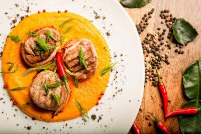Наклейка Пряные мясные оладьи курицы и говядины с соусом и зеленью в тайском рецепт от шеф-повара