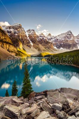 Наклейка Ландшафтный вид озера Морейн и горного хребта на закате в Канадских Скалистых горах