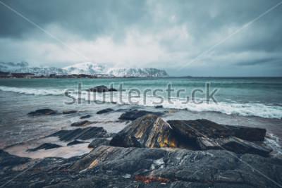 Наклейка Волны норвежского моря на скалистом пляже фьорда. Пляж Рамберг, Лофотенские острова, Норвегия
