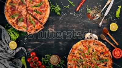 Наклейка Пицца с курицей и грибами. Вид сверху. На общем фоне. Копировать пространство