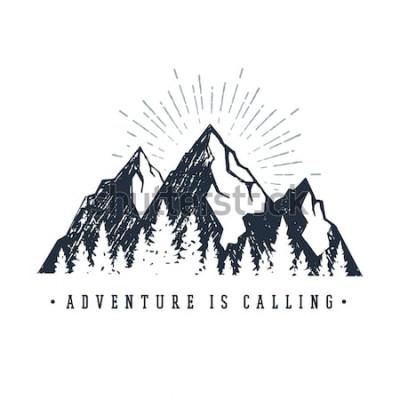 Наклейка Вручите вычерченный вдохновляющий ярлык с текстурированными иллюстрациями вектора гор и сосен и надписью «Приключение зовет».