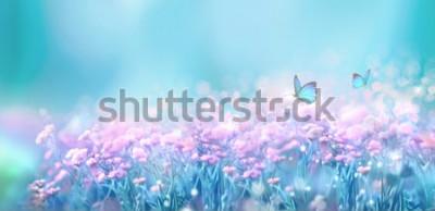 Наклейка Флористическая весна естественный ландшафт с одичалыми розовыми цветками сирени на луге и порхая бабочки на предпосылке голубого неба. Мечтательный нежный воздушный художественный образ. Мягкий фокус,