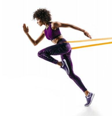 Наклейка Сильная девушка в силуэте с использованием полосы сопротивления. Фото молодой африканской девушки выполняет фитнес-упражнения, изолированных на белом фоне. Вид сбоку