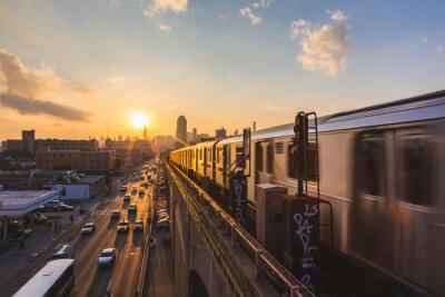Наклейка Метро поезда в Нью-Йорке на закате