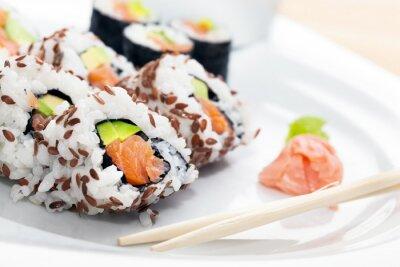Наклейка Суши с лососем, авокадо, рис в водоросли подается с васаби и имбирем.