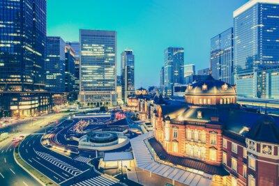 Наклейка Токио железнодорожная станция и Токио высотное здание в сумерках время