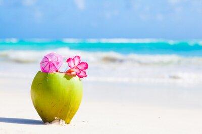 Наклейка два свежей кокосовой коктейль на тропическом пляже с цветком