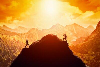 Наклейка Двое мужчин забега на вершину горы. Конкуренция, конкуренты, вызов