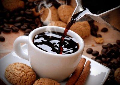 Наклейка versare il caffè caldo nella tazzina bianca
