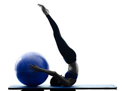 Наклейка женщина мяч пилатес упражнения фитнес изолированных