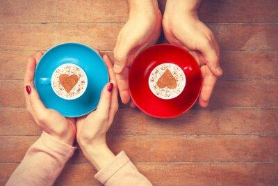 Наклейка Женщины и мужчина держит чашки кофе