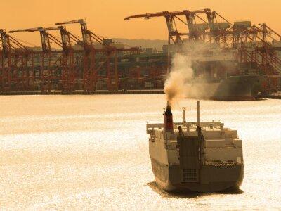 Наклейка 出航 す る 貨物 船