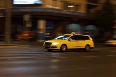 Наклейка желтое такси движется на ночь улицы города