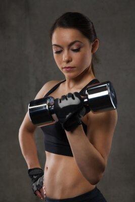 Наклейка молодая женщина, изгибать мышцы с гантелями в тренажерном зале