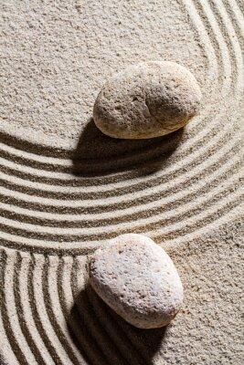 Наклейка дзен песок натюрморт - два камня установлены поперек песка линий для концепции духовности или спокойствия, вид сверху